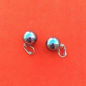 Jewelry - Black glass Pearl's clips earrings.